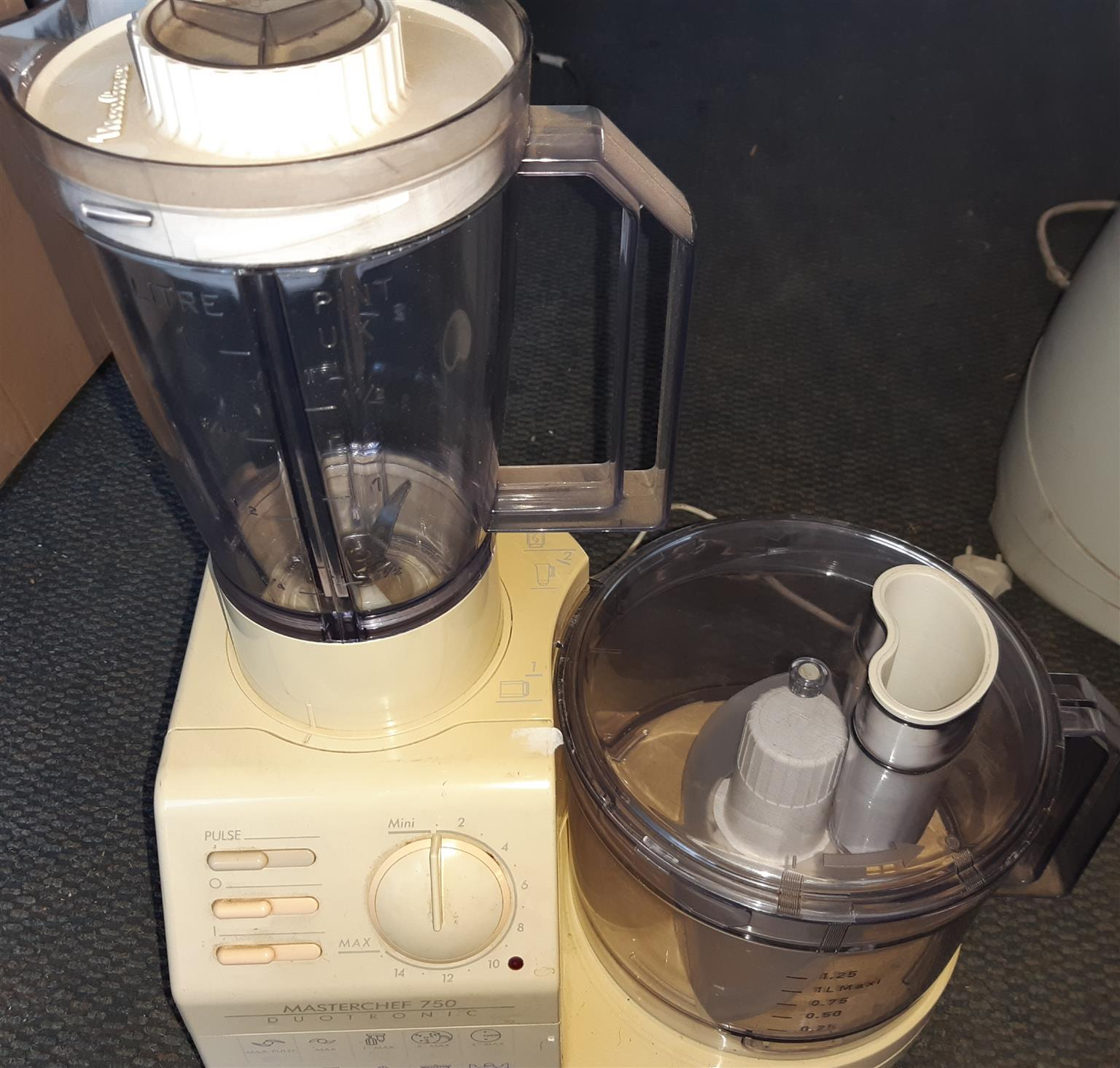 Food processor with box of accessories