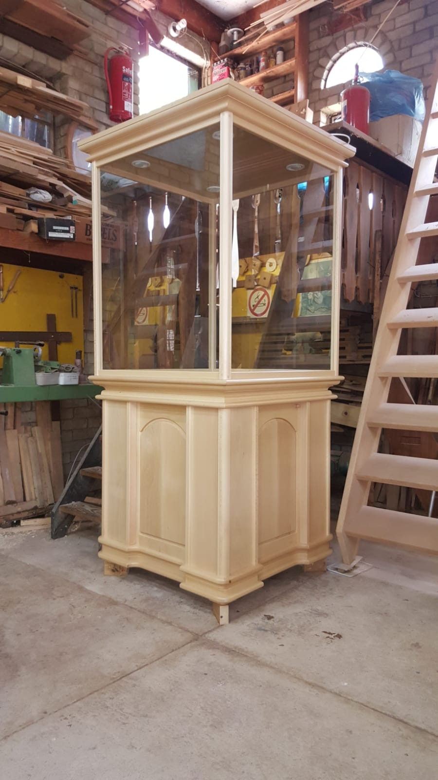 """Vertoon Kaste"""" / Display Cabinet with Unrestricted view, Glass shelves , Quality Custom made ."""