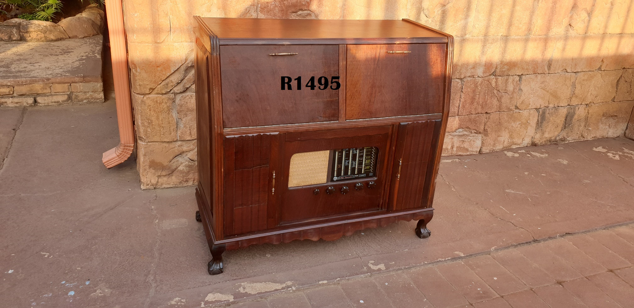 Ball and Claw Radio Cabinet (1010x460x965)