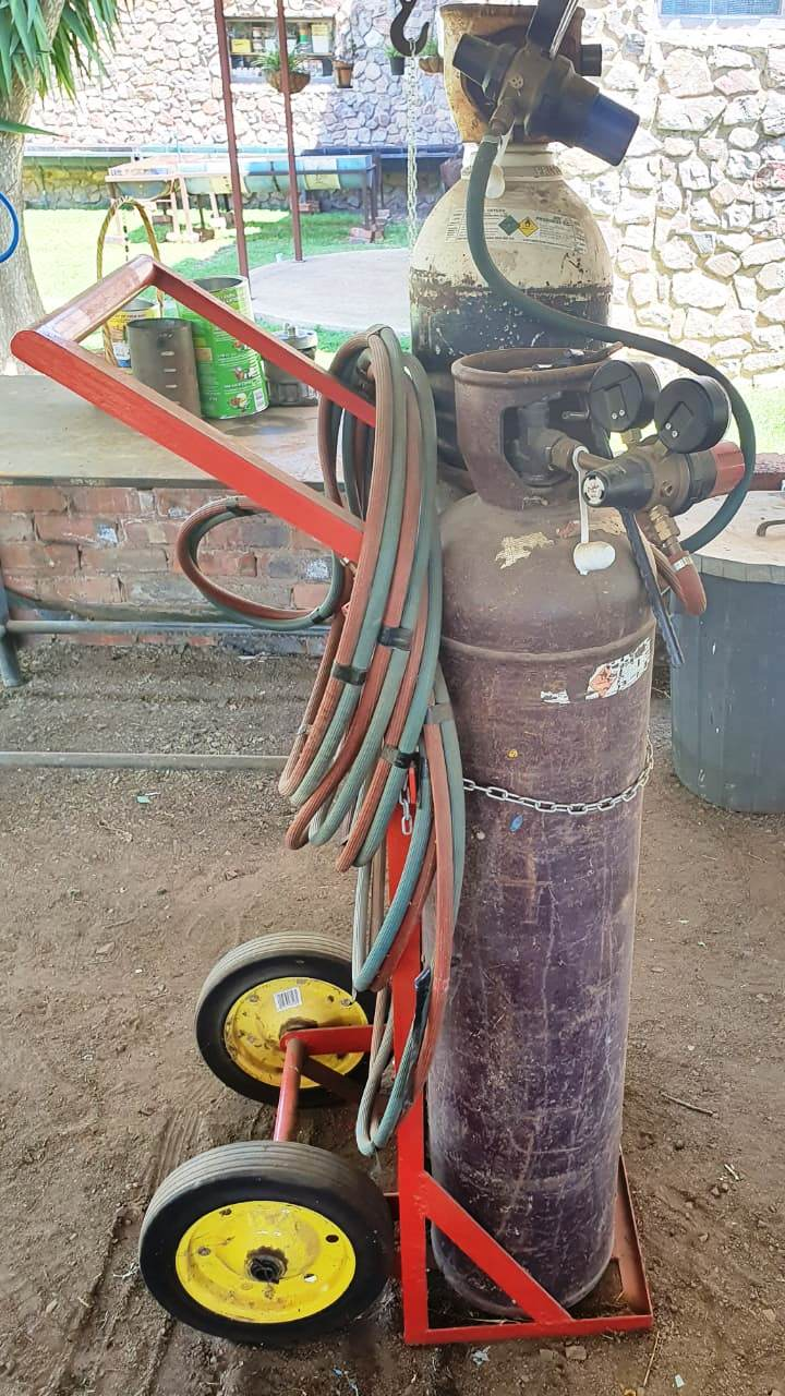 BARGAIN! Gas set worth R20 000 selling for R15 000 negotiable 083 266 5598 Pta Walmansdal