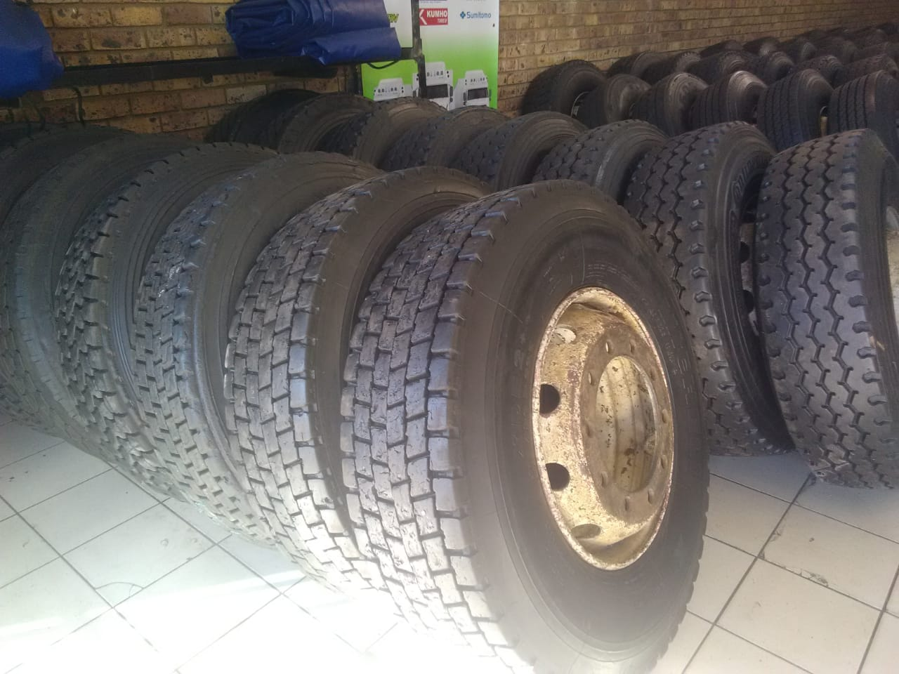 315 AND 12R SECOND HAND,BRANNDEW AND NEW RETREADED TRUCK TYRES