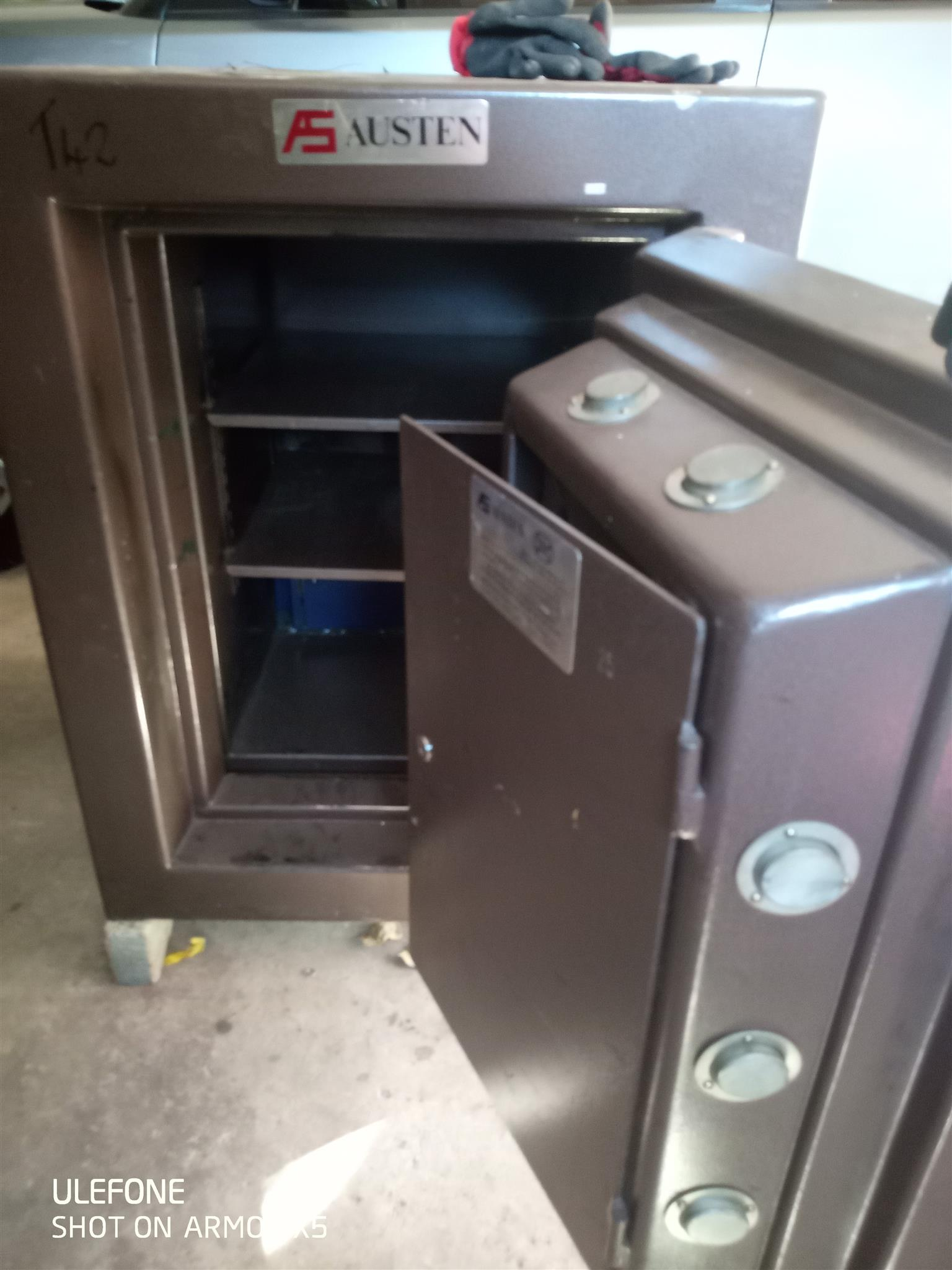 Safe, Category 3 Austen Safe, Like new  H960 x W750 x D810  Delivery can be arranged at extra cost.