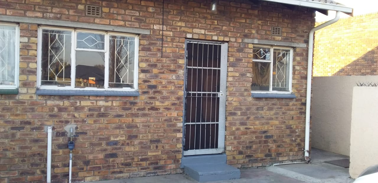 batchelors flat to rent excl w and L deposit required