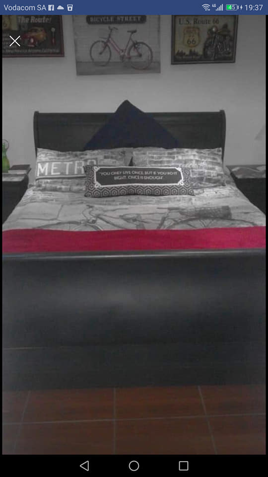 Soliede mahogany gueen size bed...2 bedkassies en spieelkas (geverf)
