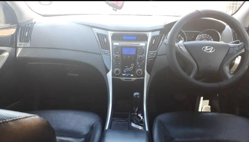 2011 Hyundai Sonata 2.4 Engine Sedan 5 seater. Full House.
