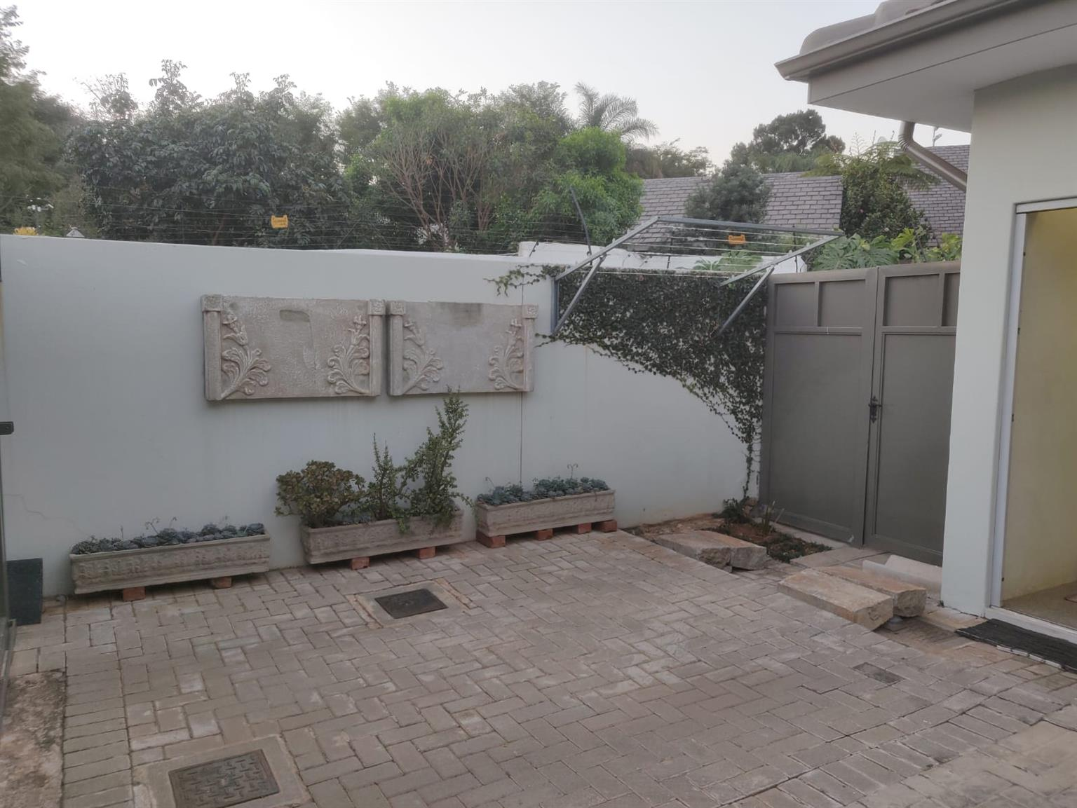 FULLY FURNISHED APARTMENT WITH OWN ENTRANCE IN PRETORIA EAST