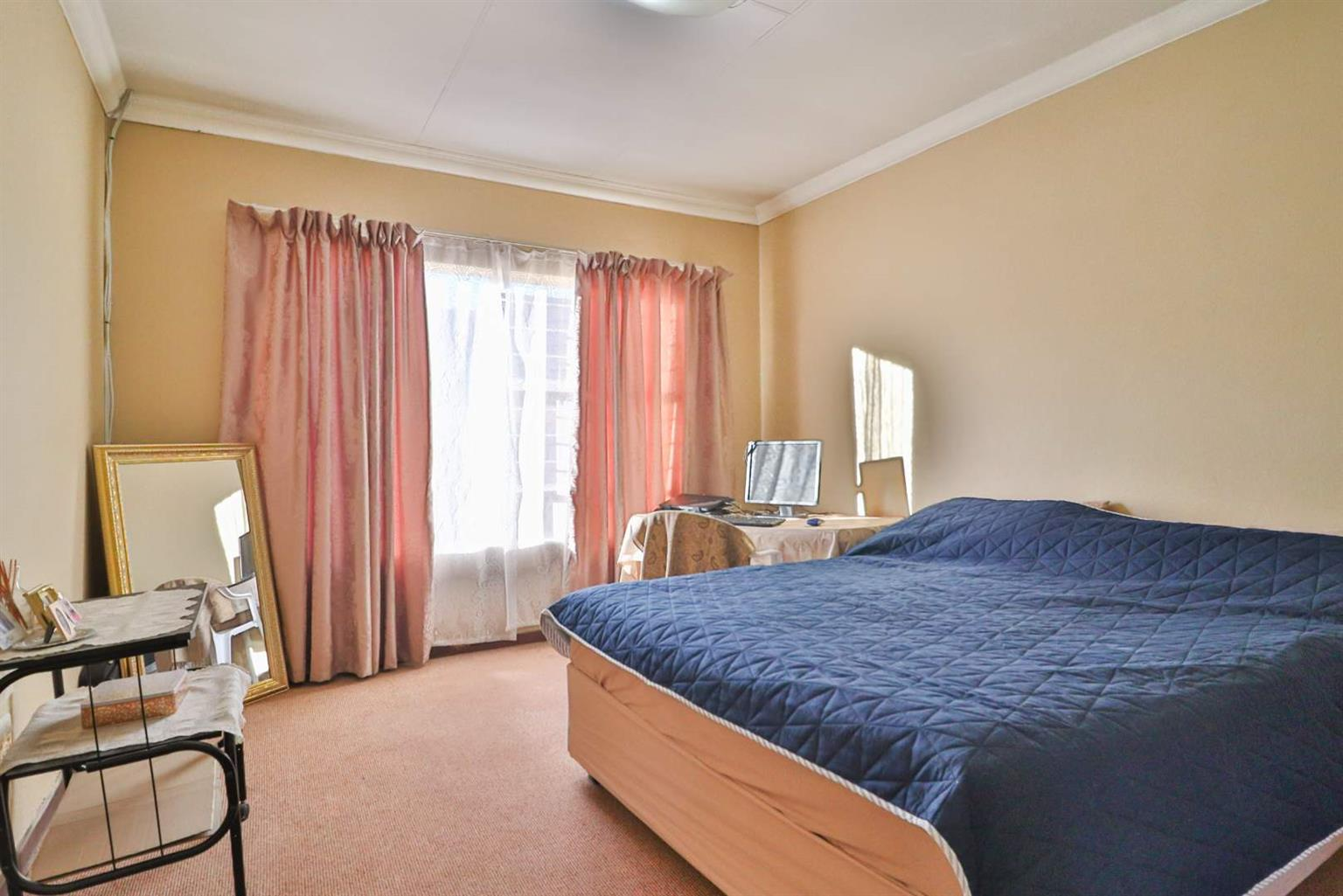 Townhouse For Sale in Bartletts