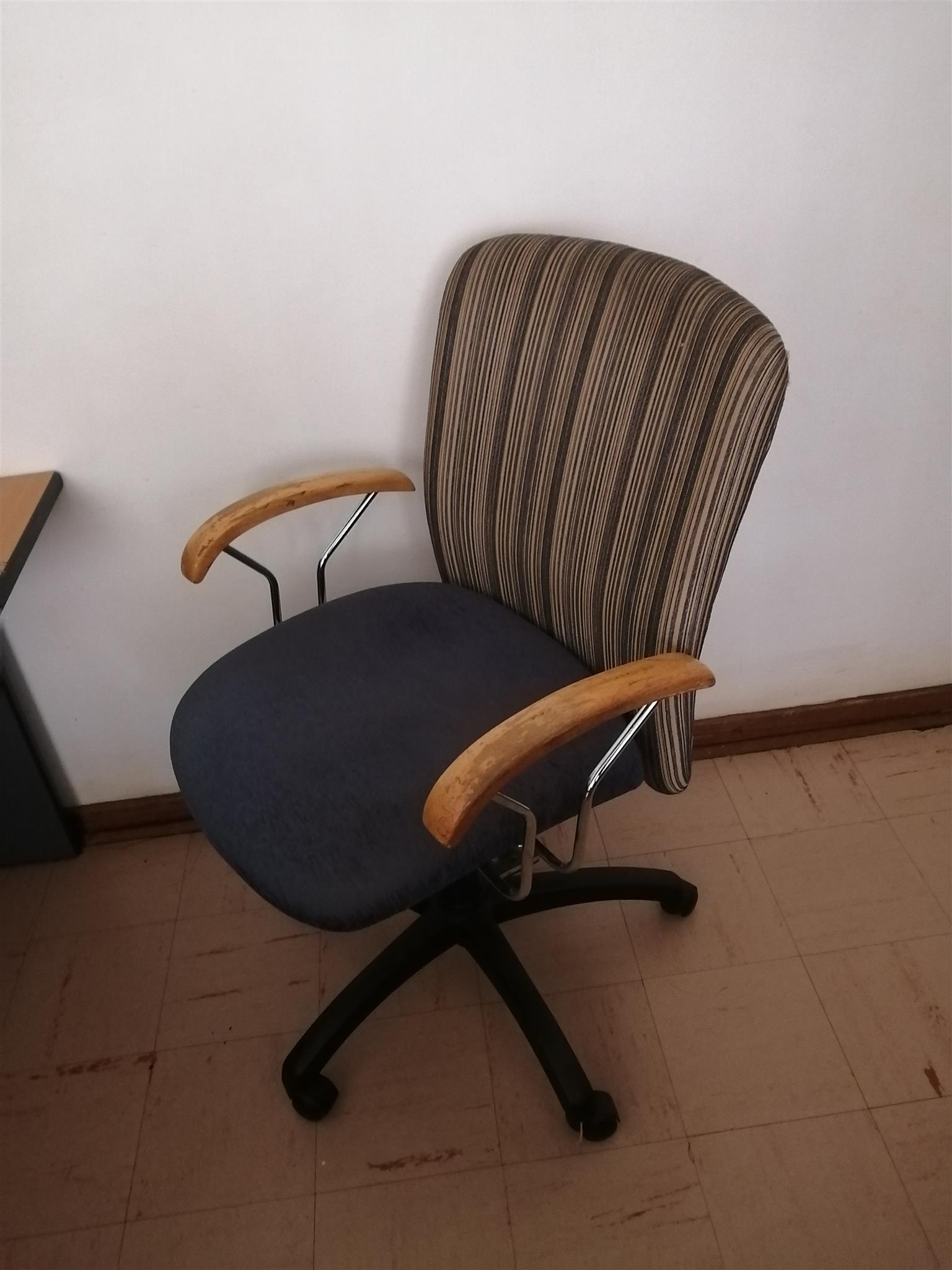 3x Office Swivel Chairs