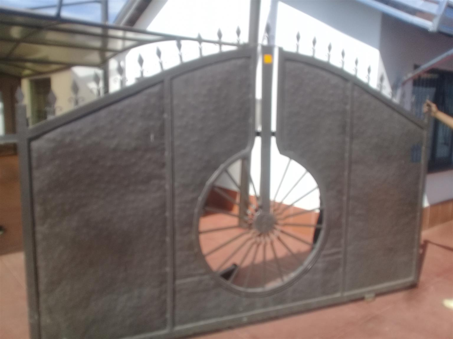 Sliding steel gate and stable steel gate