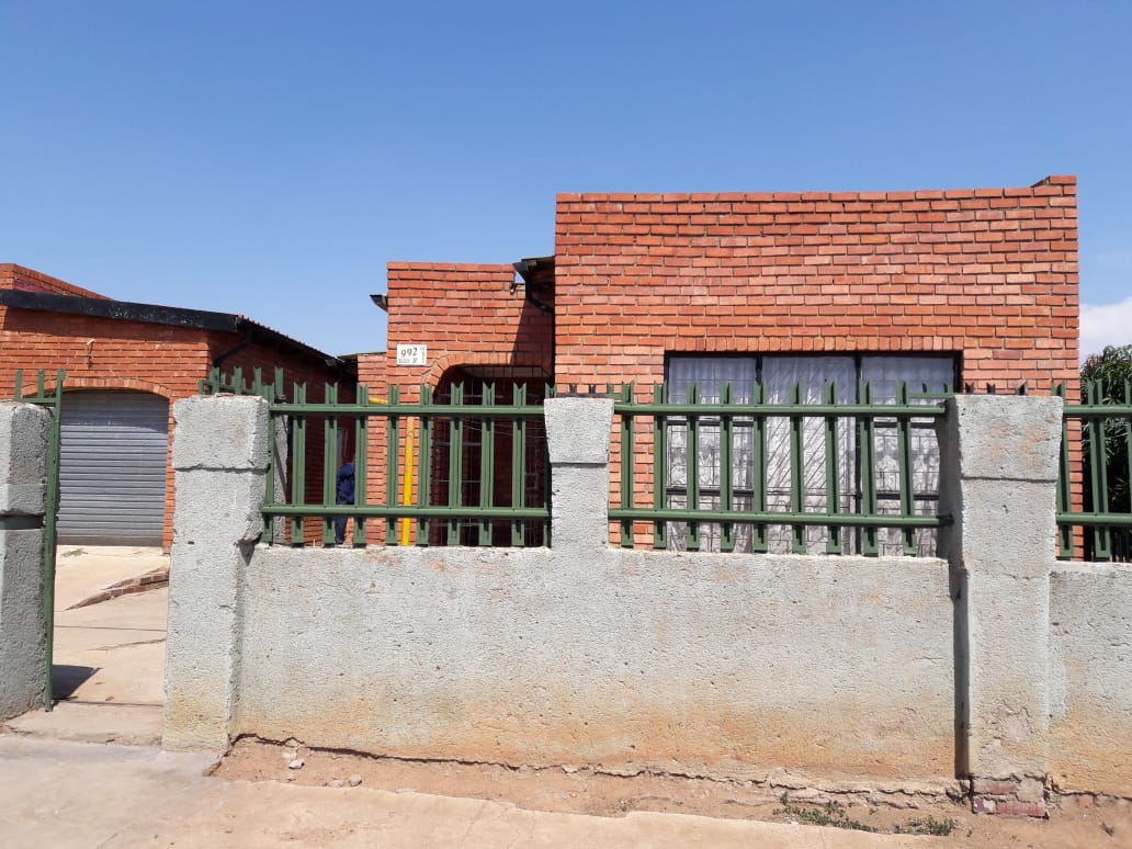 3 BEDROOMS FOR SALE SOSHANGUVE BLOCK R WITH 2 BACK YARD ROOMS R R370 000.00 CALL QUINTON @ 0723325794 / 0127000100 FOR MORE INFO