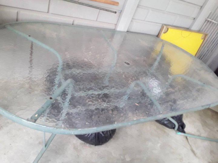 Glas tafel junk mail