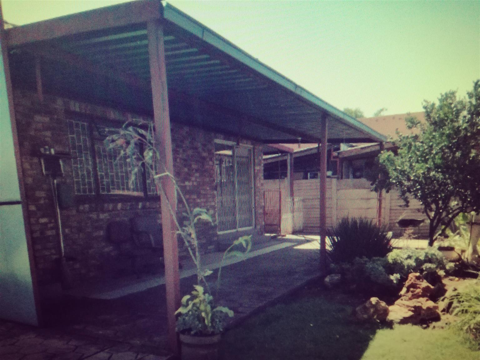 3 Bedroom House with a 2 bedroom cottage for sale in Mountain View