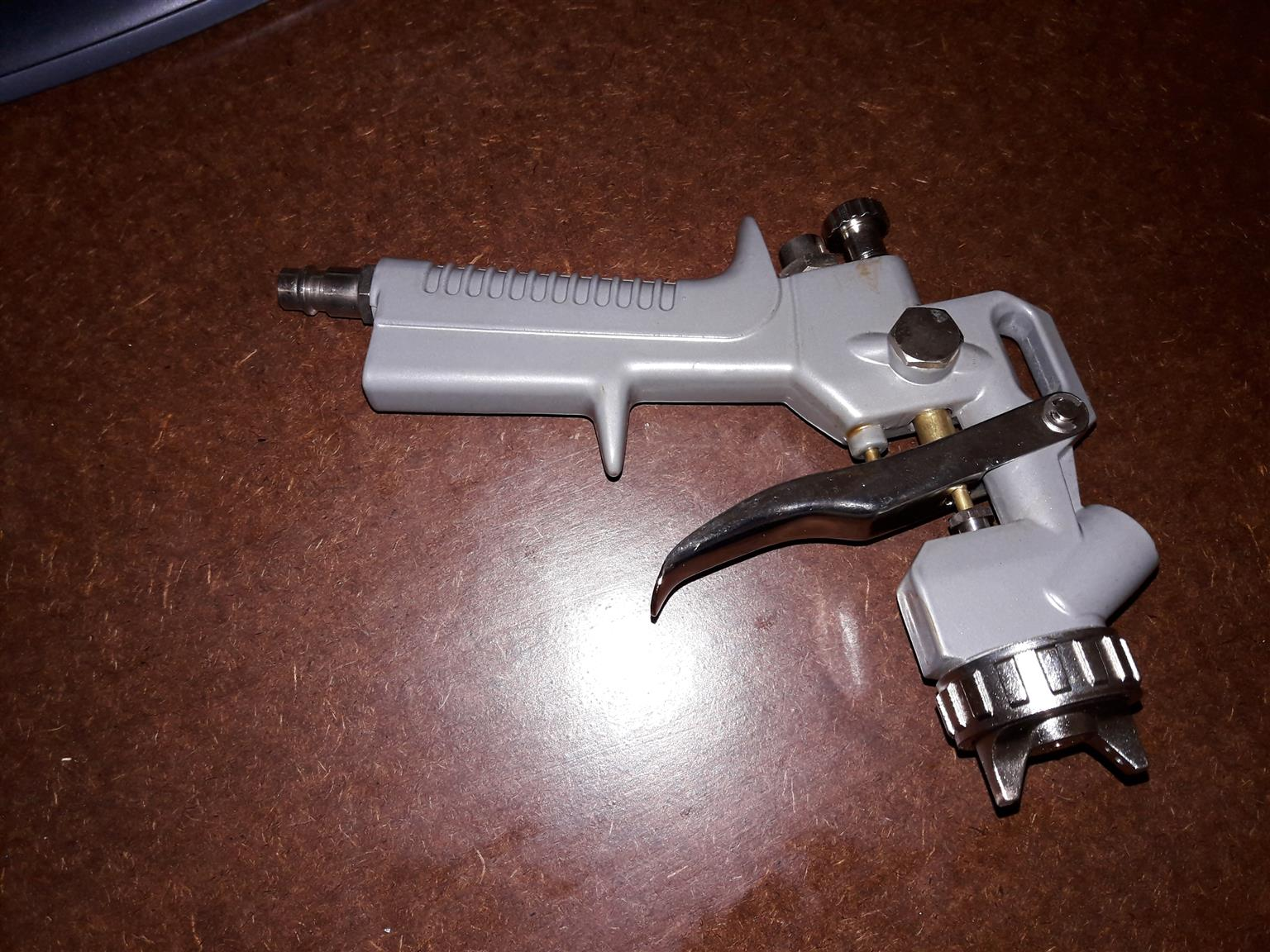 Spray gun with gravity feed