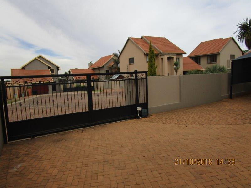 Full tittle cosy modern townhouse in Secure Estate!