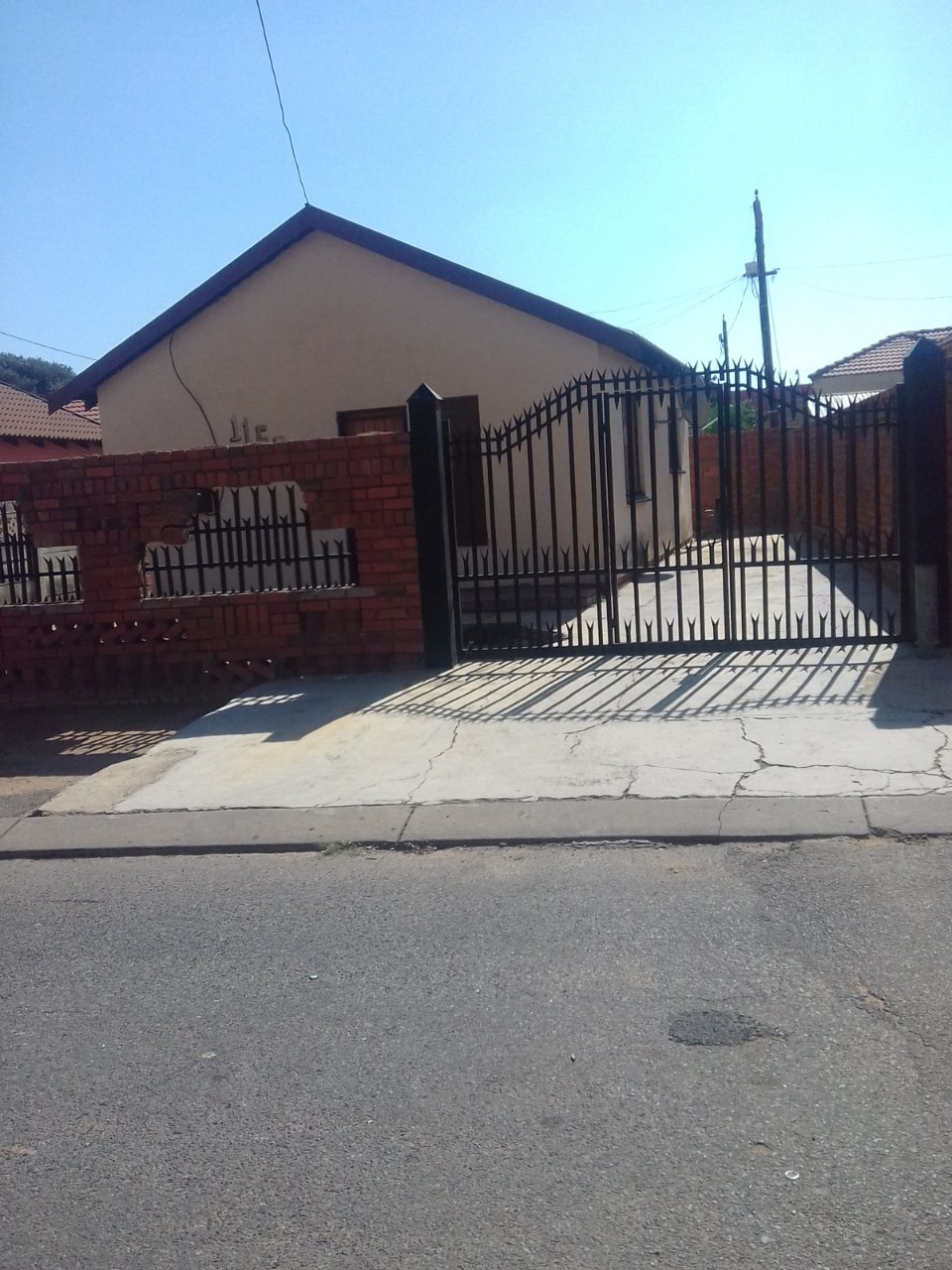 2 BEDROOMS FOR SALE LEBANON WINTERVELD R330 000.00 CALL SOPHY FOR MORE INFO @ 0760813571
