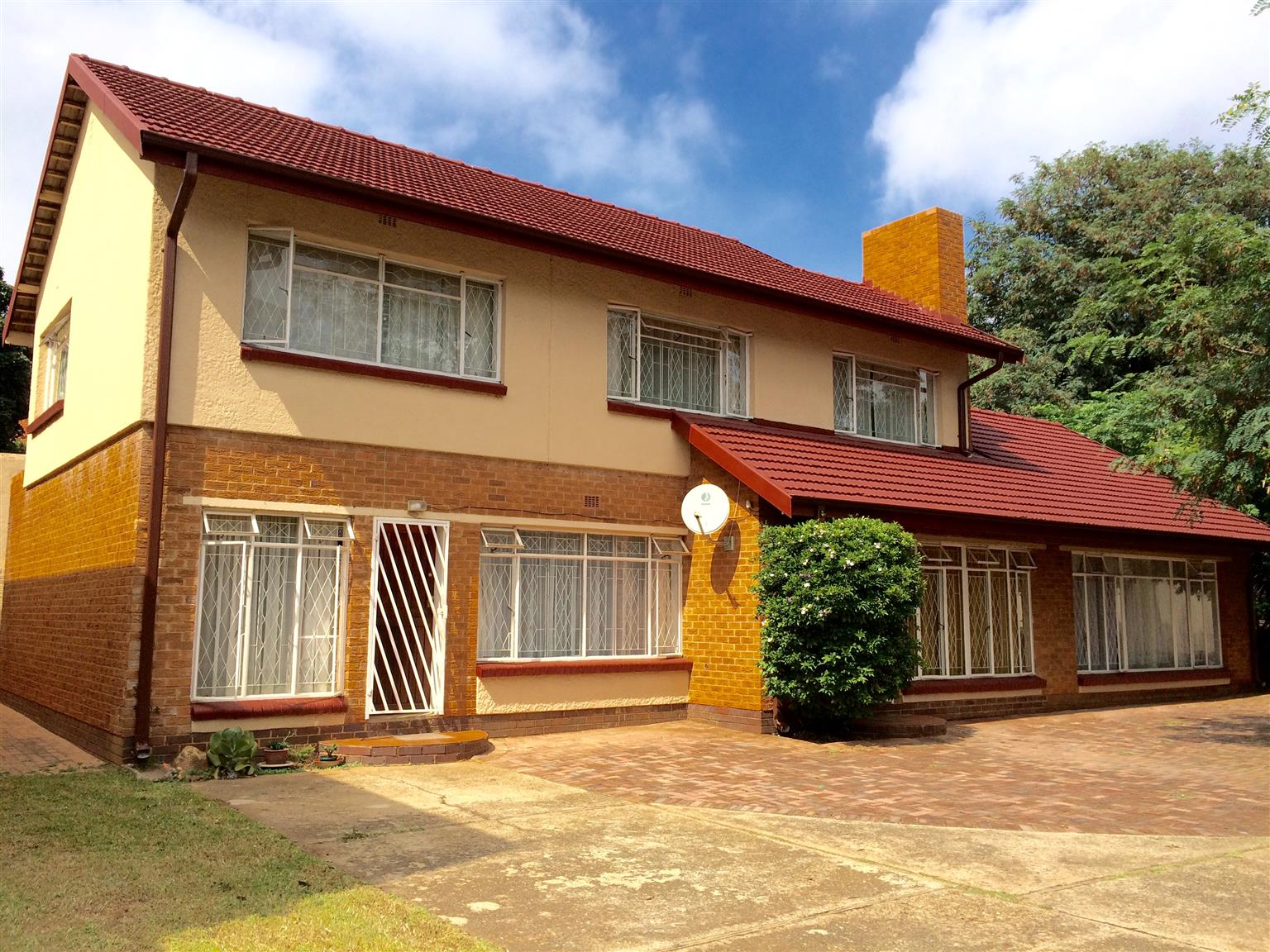 AUCKLAND PARK, UPMARKET GARDEN FLAT FOR YOUNG PROFESSIONAL OR SENIOR STUDENT