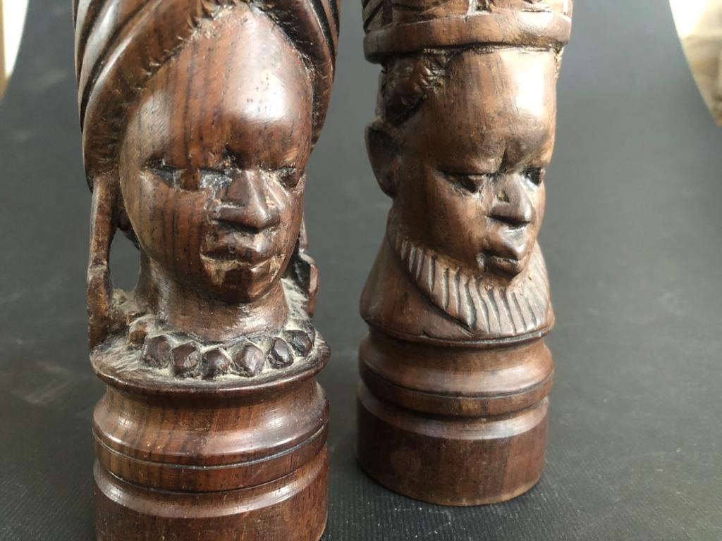 Pair of mahogany salt and pepper pots - Hard-carved