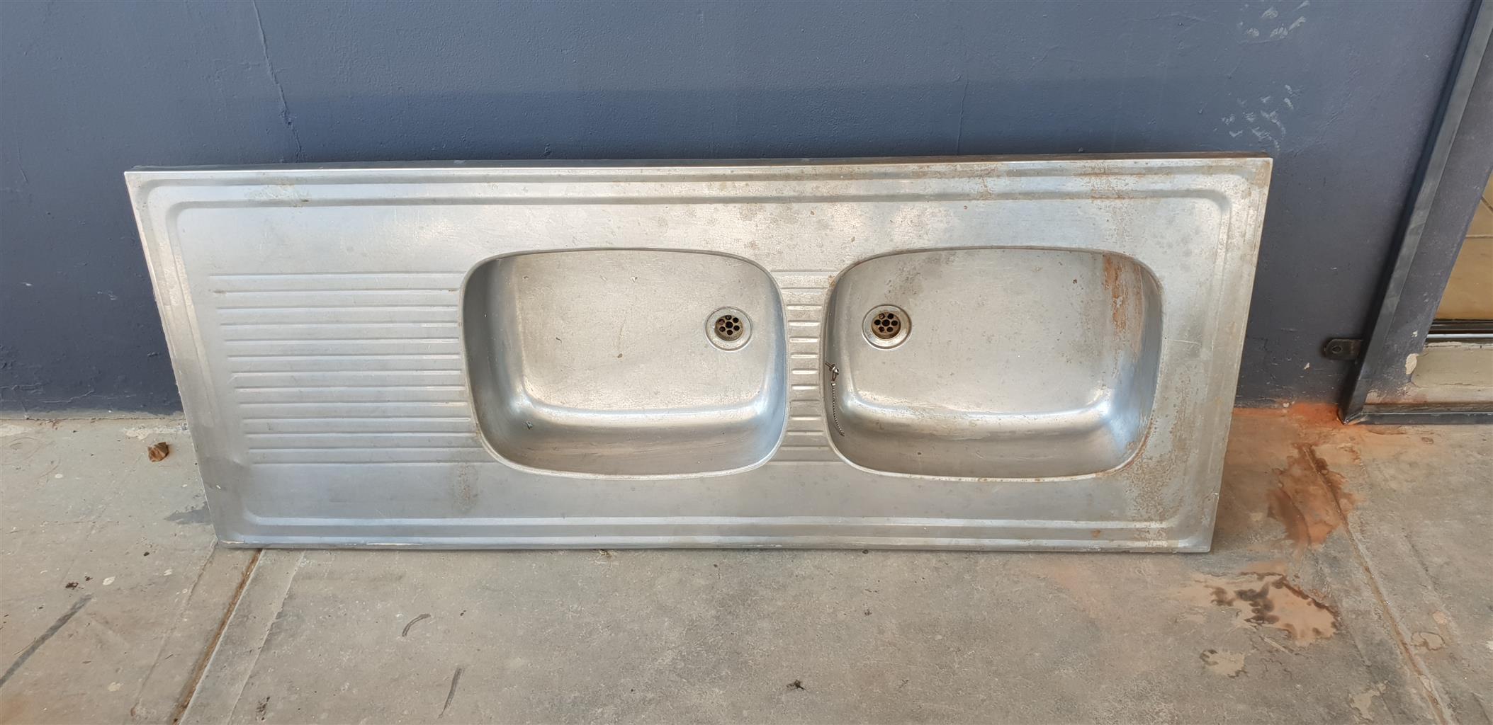 Steel sink basin