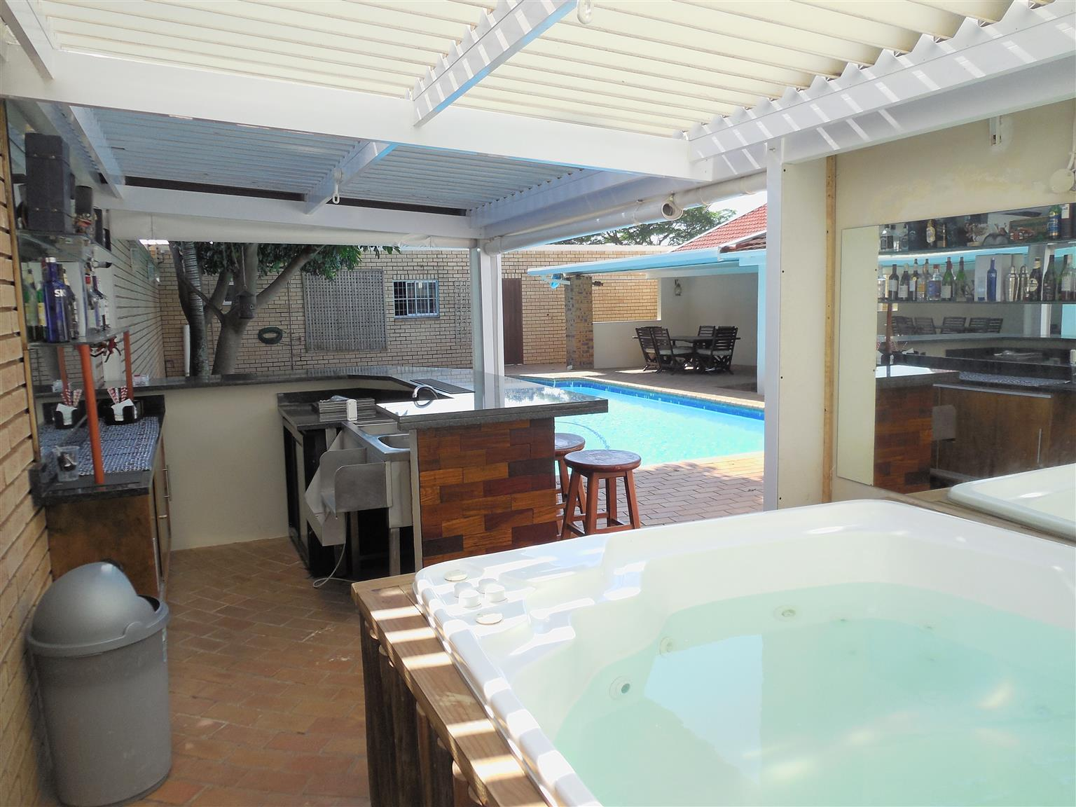 Accommodation with free WiFi, Air Conditioning, Pool, Bar and Jacuzzi