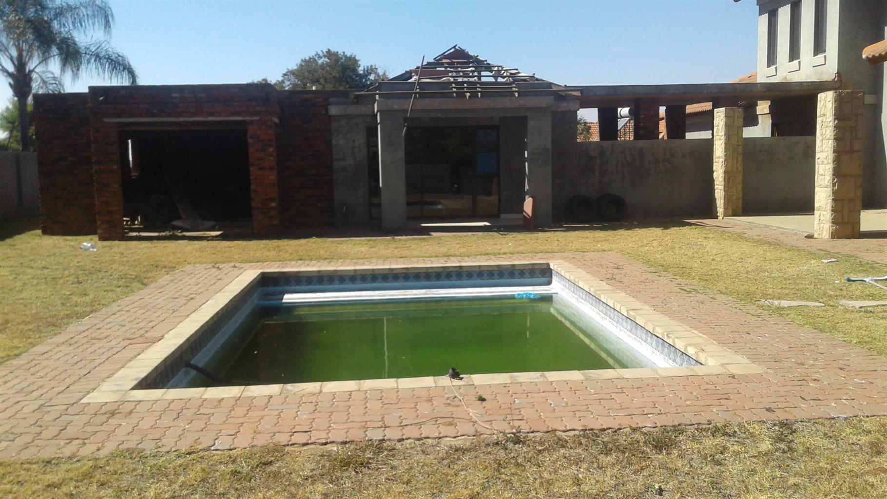 5 BEDROOMS FOR SALE HAARTEBEESPORT BIRDWOOD ESTATE IFAFI R1 950 000.00 CALL SOPHY FOR MORE INFO 0760813571