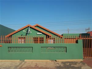 Three bedroom house with ensuite & Built-ins to rent in Protea Glen ext 1, R4800 just on main taxi & bus route