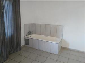 1 bed room back room with its bath and toilet  in  Discovery Roodepoort for R2500 incl water and electrity
