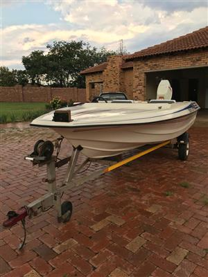 Motorboat - Crestrider Tiger with 85 HP engine and galvanized trailer with papers. Electric trim and tilt. PTA