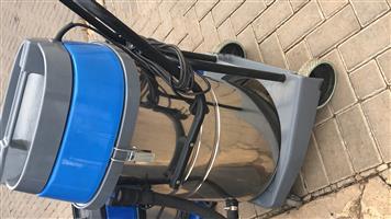 10lt vacuum cleaners  (4) and 15lt vacuum cleaner (1)