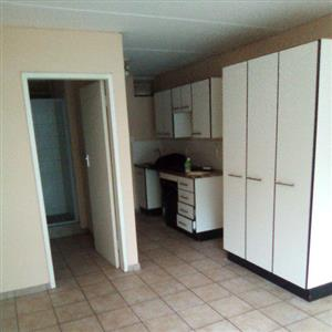 bachelor apartment available in hatfield
