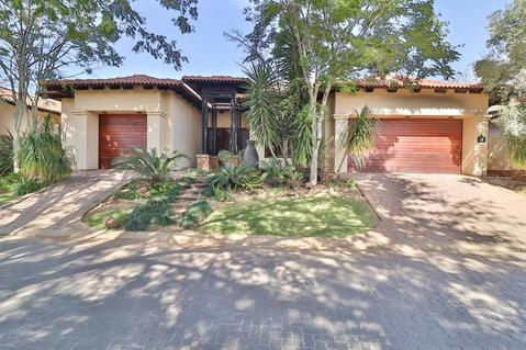 4 Bedroom House For Sale in Pecanwood Estate, Hartbeespoort
