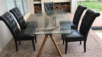 GLASS DINNING ROOM TABLE WITH 6 LEATHER CHAIRS.