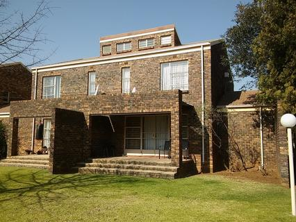 NEAT SPACIOUS 3 BEDROOM DUPLEX UNIT FOR SALE IN VAALPARK