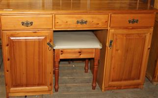 Pine dressing table with chair S030548A # Rosettenvillepawnshop
