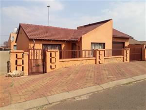 Stunning 2 bedroom house for rent R4500 including water and electricity in Vosloorus