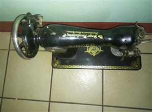 Antique singer sewing machine for sale R600 machine comes as it in the pic