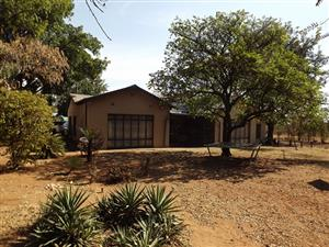 Smallholding with 2 Houses & Flat in Bultfontein For Sale