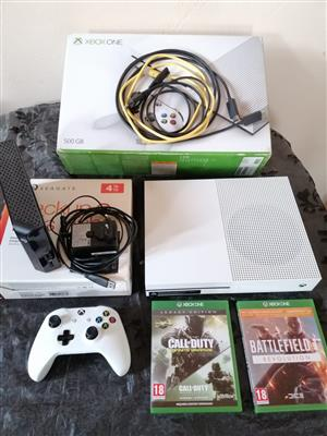 XBOX ONE S 500 GB + 4TB External, Controller, 3 games and rechargeable batteries.