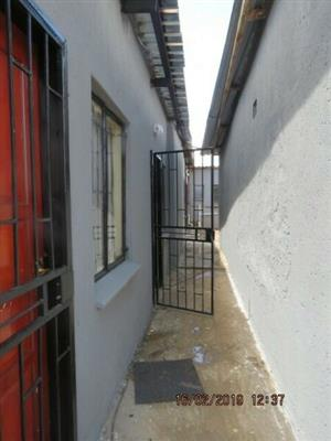 R800 room to rent in Soshanguve- ext 3, Electricity prepaid