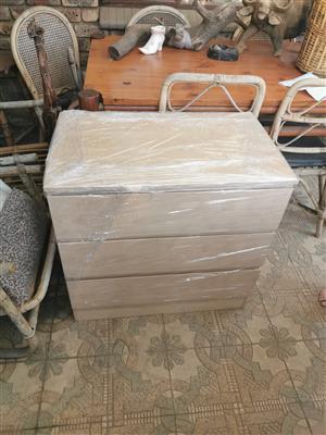 Chest of drawers for sale in the Moot. Contact 0826613479 . White or brown