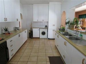 GFOODWOOD PARK PRIMARY SCHOOL : 3GARAGES, 5CAR SECURE DRIVEWAYS, 4BED,2BATH,INDOOR BRAAIROOM