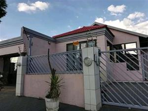 furnished house with 5 bedrooms for rent in Naturena