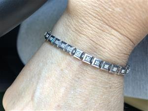 Tennis bracelet 9ct and diamonds