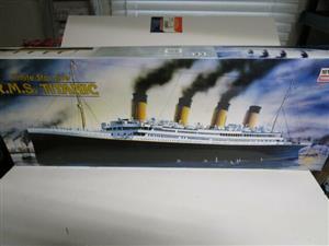 1997 Minicraft White Star Line R.M.S. Titanic 1/350 Scale Model kit
