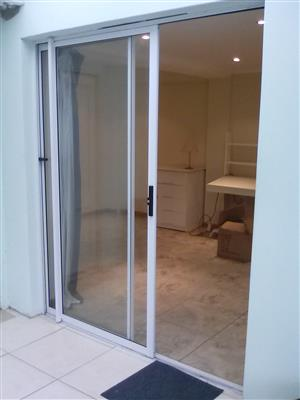 GARDEN ROOM IN GOOD SUBURB ,WITH ITS OWN ENTRANCE + SHOWER + TOILET + KITHENNETTE + FAST INTERNET + SECURE PARK