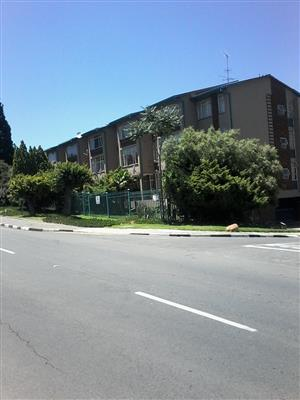 Spacious 2 and 3 Bed flats to rent in Mondeor