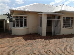 A lovely House in Florida for SALE, going for R990 000 ONLY, What a bargain!