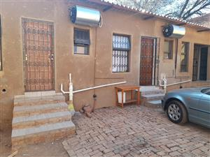 Newly built cottage with a big bedroom is avail for R3600 in Rhodesfield