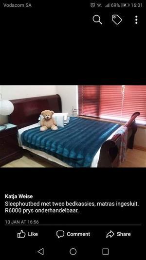 Sleep hout bed met 2 bedkassies