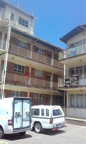 Spacious 1 bedroom flat to rent in Rosettenville near to the shops and public transport. Parking available.