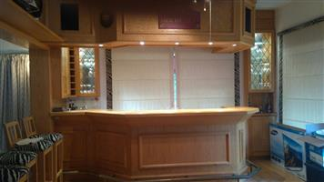 OAK BAR WITH BULKHEAD + 2 SPEAKERS AND BAR STOOLS